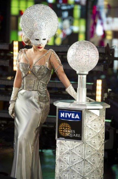 Lady Gaga New Years Eve 2011 Dress & Mayor Bloomberg Kiss 2012 ...